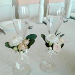 оформлення бокалів квітами